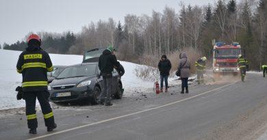 Na šmykľavej ceste sa zrazili tri autá!