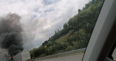 Na diaľnici horí kamión