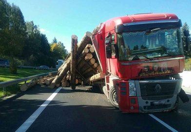Na diaľnici pri Liptovskom Mikuláši havaroval kamión