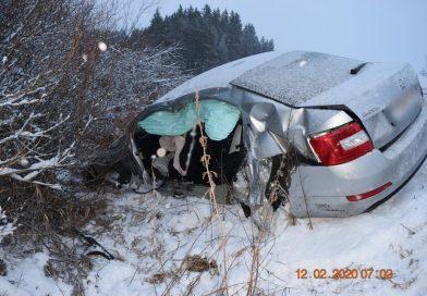 Zrážka autobusu a auta pri Hybiach