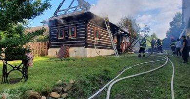 Vo Važci horí drevený dom